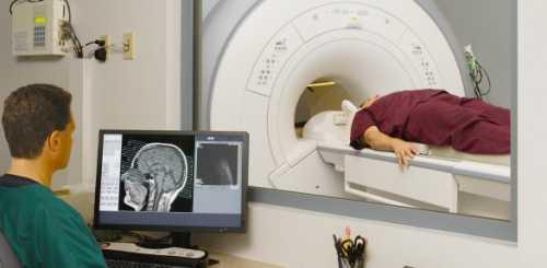 Делать МРТ при головных болях можно только по