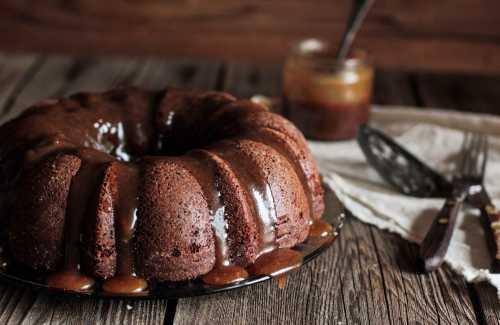 Шоколадный кекс с шоколадной глазурью и фундуком