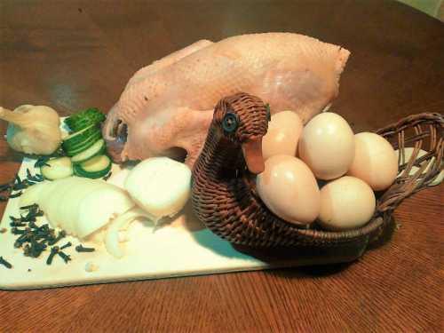 Витамины также участвуют в создании пользы яиц цесарки и в наибольшей мере представлены