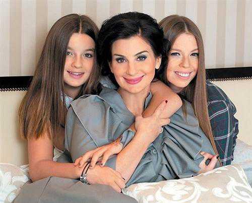 Младшая дочь Стриженовой сразила красотой на последнем звонке