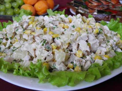 Салаты с курицей, ананасом и грибами